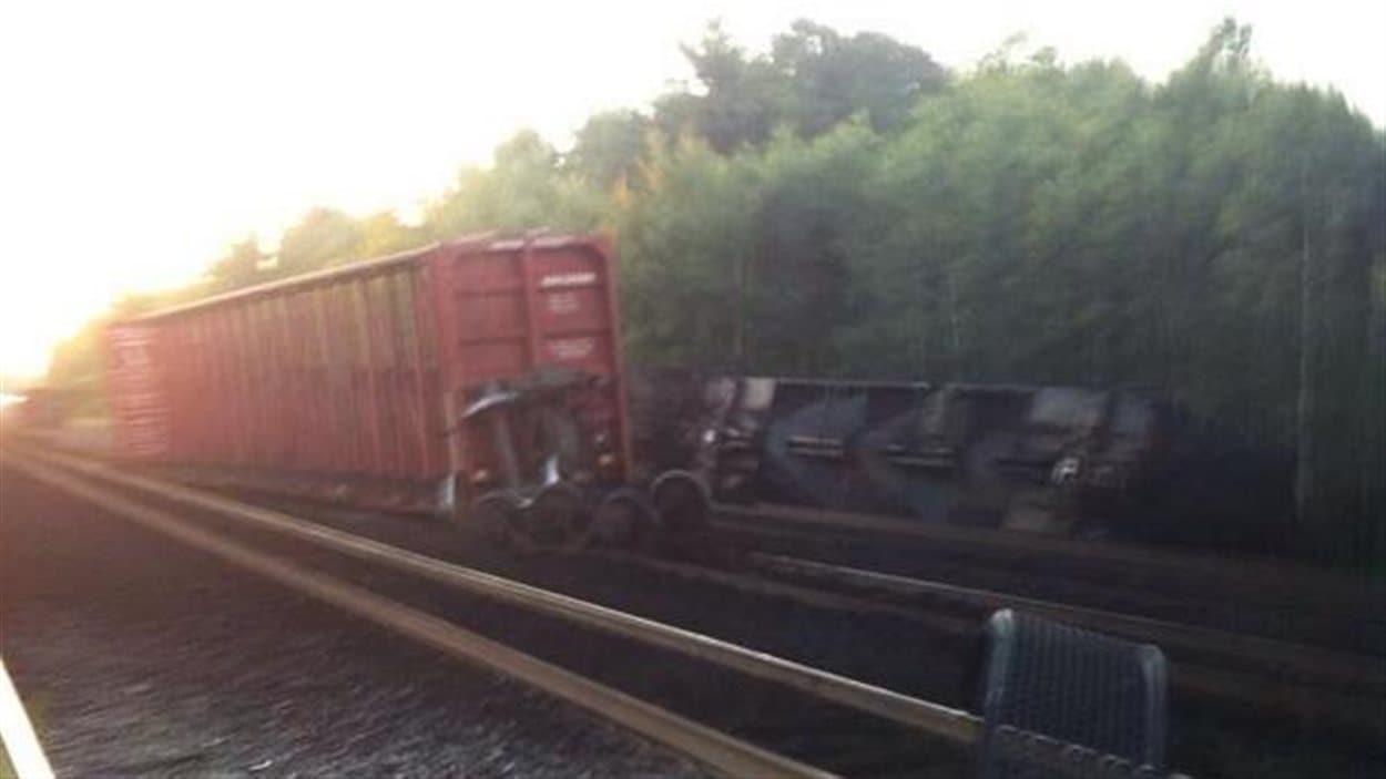 Des wagons renversés près des rails à Brockville.