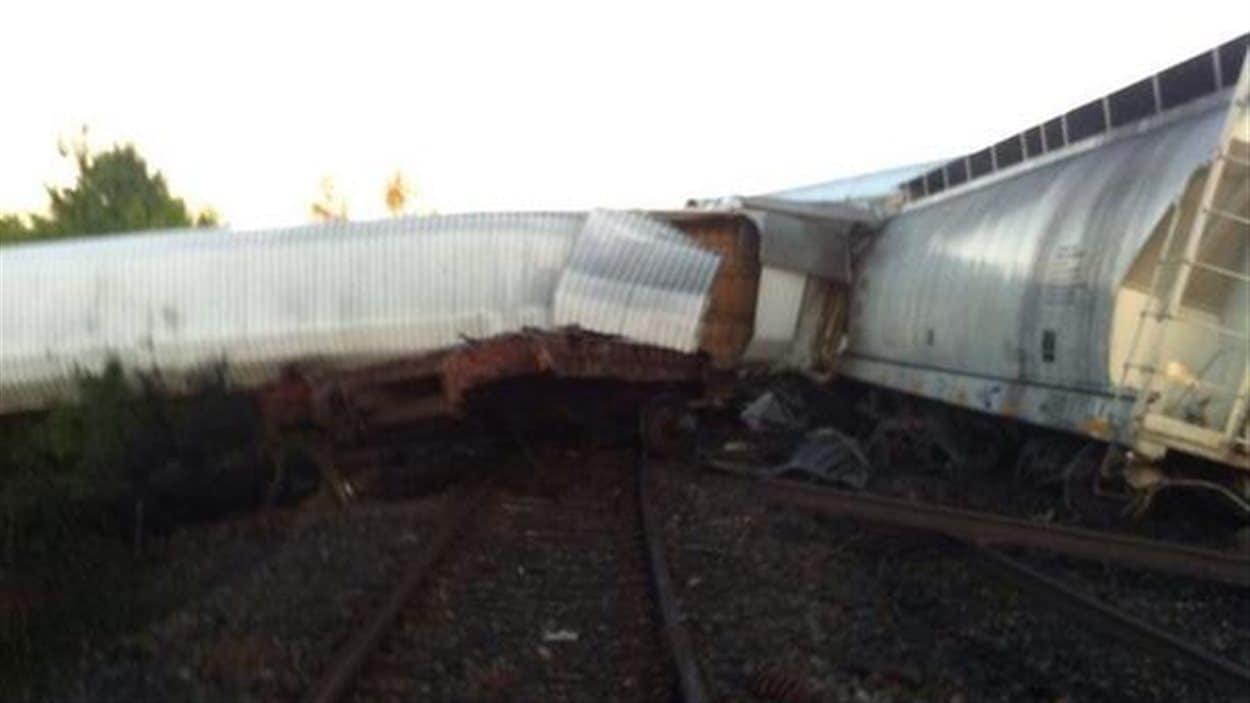Une wagon tordu, complètement au travers de la voie ferrée à Brockville.
