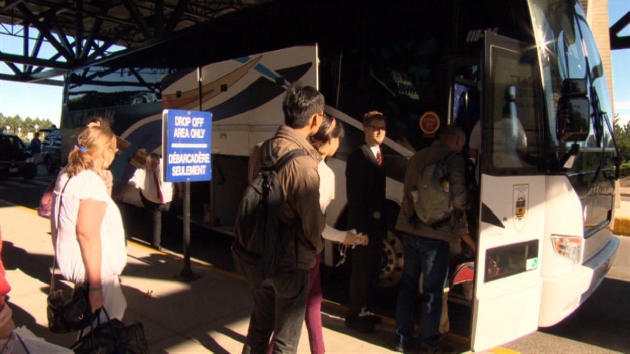 À Ottawa les voyageurs prennent l'autobus plutôt que le train à la gare de VIA Rail.