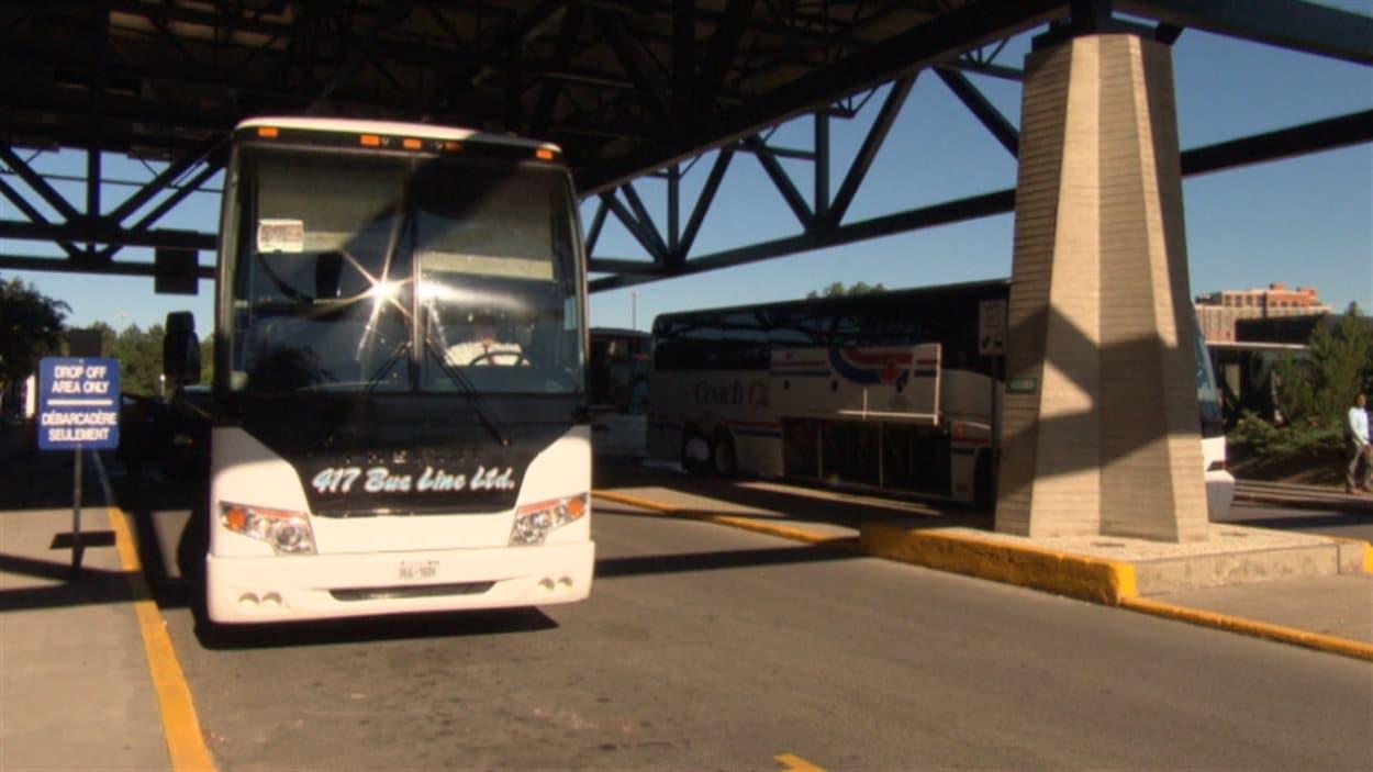 Des autobus attendent les passagers à la gare de train d'Ottawa pour assurer le trasport vers Toronto.