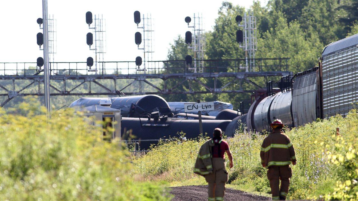 Des secouristes sur les lieux du déraillement de train à Brockville
