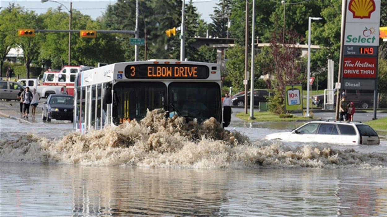Centre-ville de Calgary en Alberta après les inondations montres de 2013