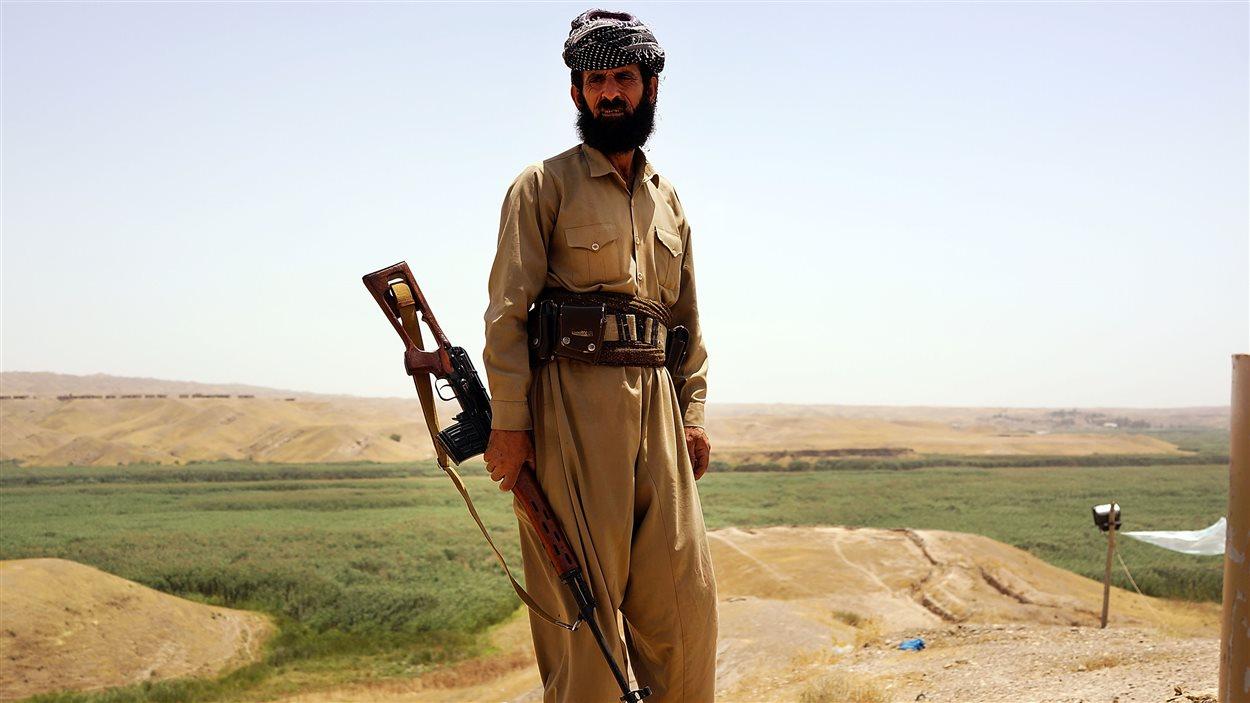 Un Peshmerga (combattant kurde) surveille la région de Kirkouk (archives)
