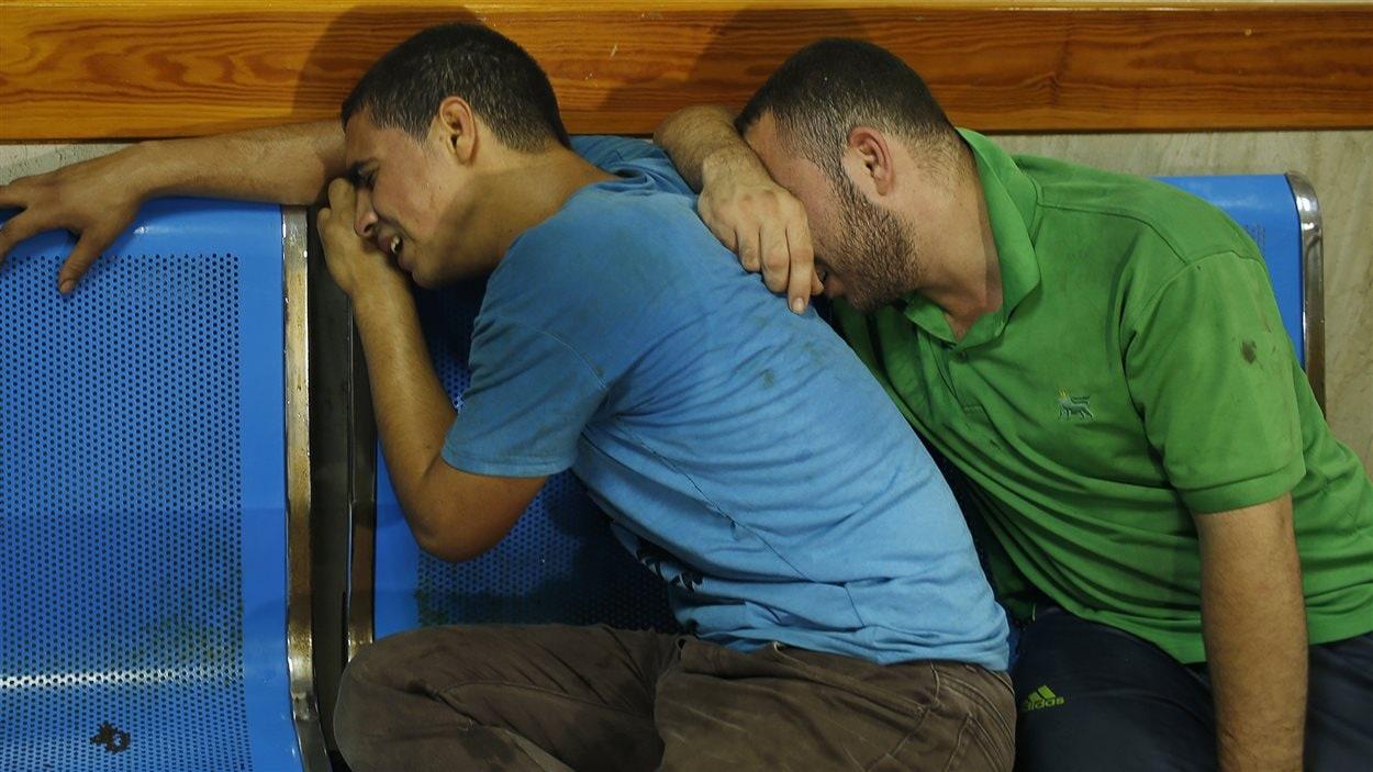 (12 juillet 2014) Des Palestiniens apprennent la mort de leurs proches dans un hôpital de Gaza.