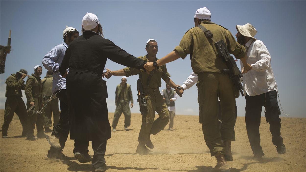 (13 juillet 2014) Des danseurs juifs hassidiques de la troupe de danse Breslov se sont rendus sur le terrain afin de visiter les troupes israéliennes et leur remonter le moral.