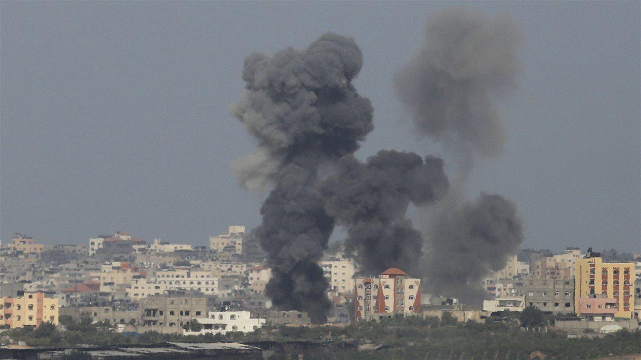 De la fumée se dégage après une explosion dans la bande de Gaza, le 13 juillet 2014