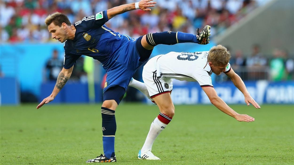 Collision entre l'Argentin Lucas Biglia et l'Allemand Toni Kroos