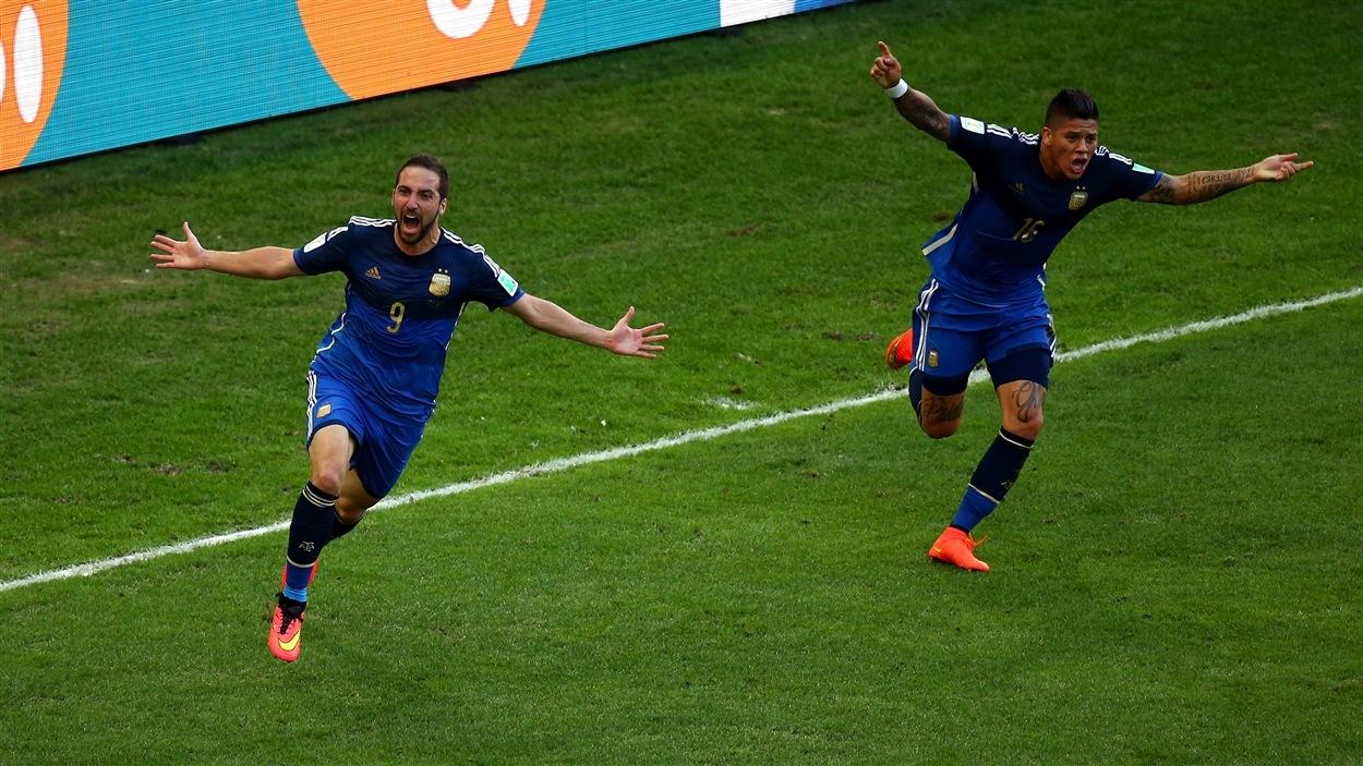 Gonzalo Higuain (gauche) crie sa joie après avoir, croit-il, donné l'avance 1-0 à l'Argentine à la 30e minute. Le but sera toutefois refusé pour hors-jeu.