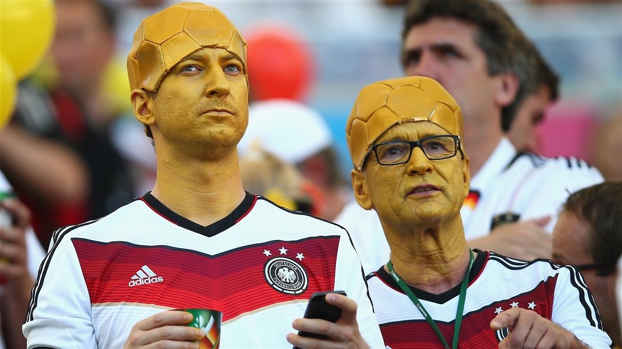 Pas de doute, ces deux partisans allemands ne veulent rien d'autre que le trophée de la Coupe du monde...