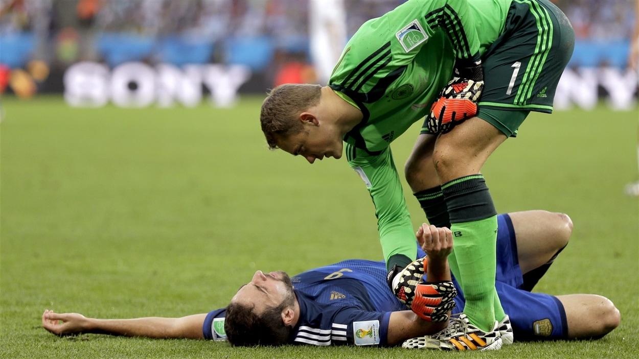 Le gardien allemand Manuel Nauer s'informe de l'état de l'Argentin Gonzalo Higuain, avec qui il vient d'entrer en collision.