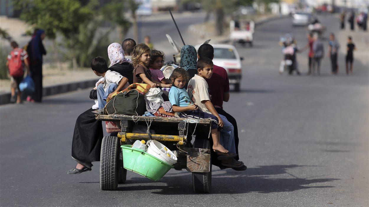 Des Palestiniens du nord de la bande  de Gaza prennent la fuite en prévision d'attaques