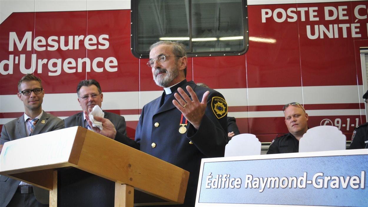 L'abbé Raymond Gravel à la caserne de pompiers de Mascouche