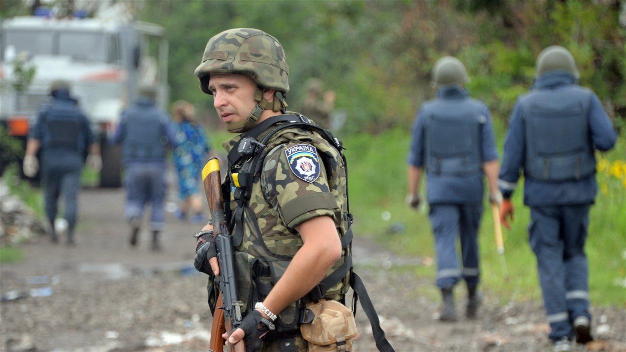 Un soldat ukrainien, dans la région de Donetsk, à la recherche de mines.