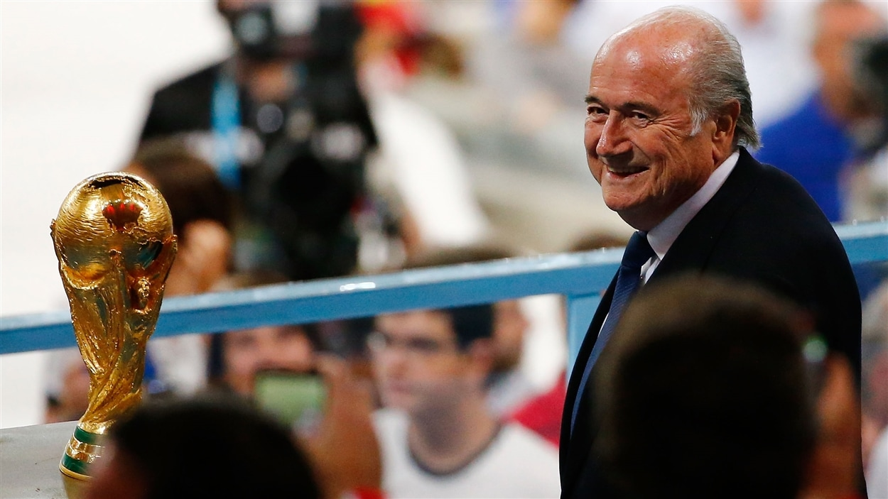 Joseph Blatter avant de remettre le trophée de la Coupe du monde aux Allemands dimanche