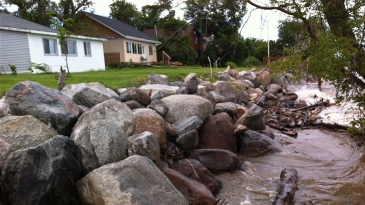 Les vagues du lac Manitoba qui frappent aux abords des propriétés Delta Beach.