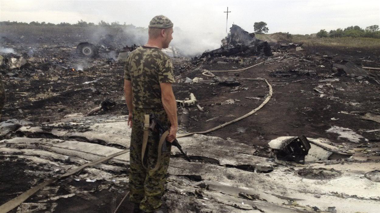 Un militaire rebelle pro-russe sur le site de l'écrasement