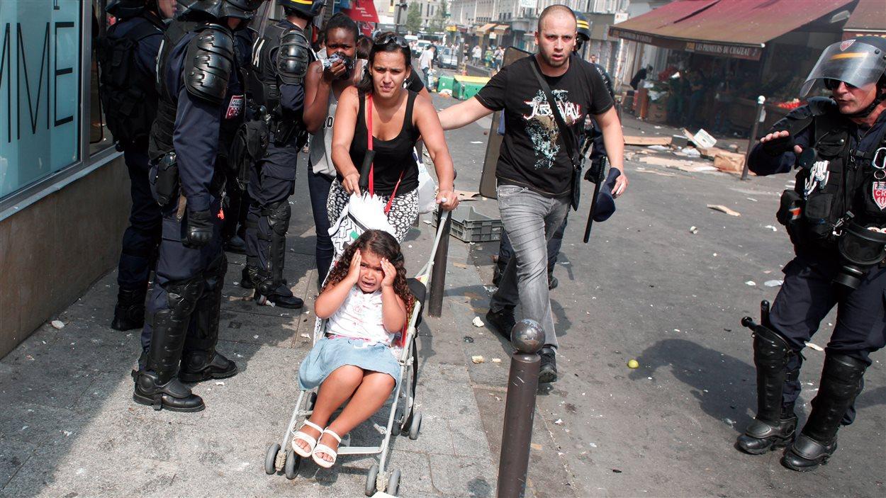 Des Parisiens tentant de s'éloigner du secteur de la manifestation pro-Gaza, le 19 juillet 2014