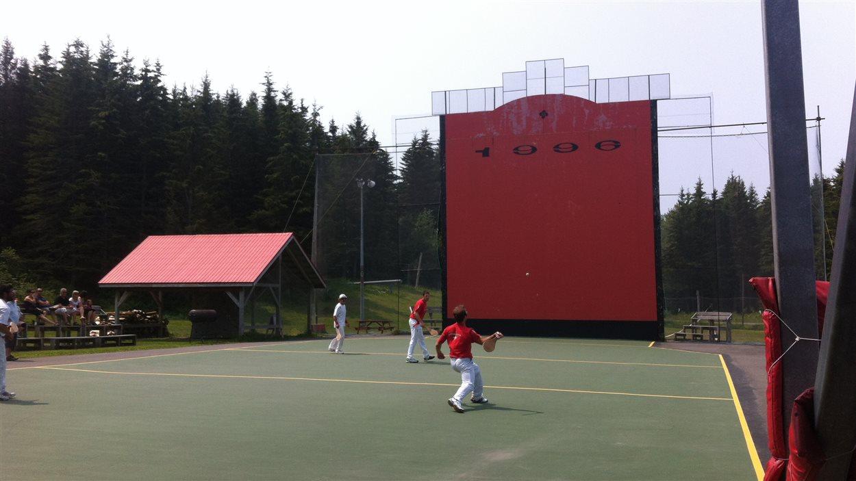 Des joueurs jouent à la pelote basque lors du tournoi international à Trois-Pistoles.