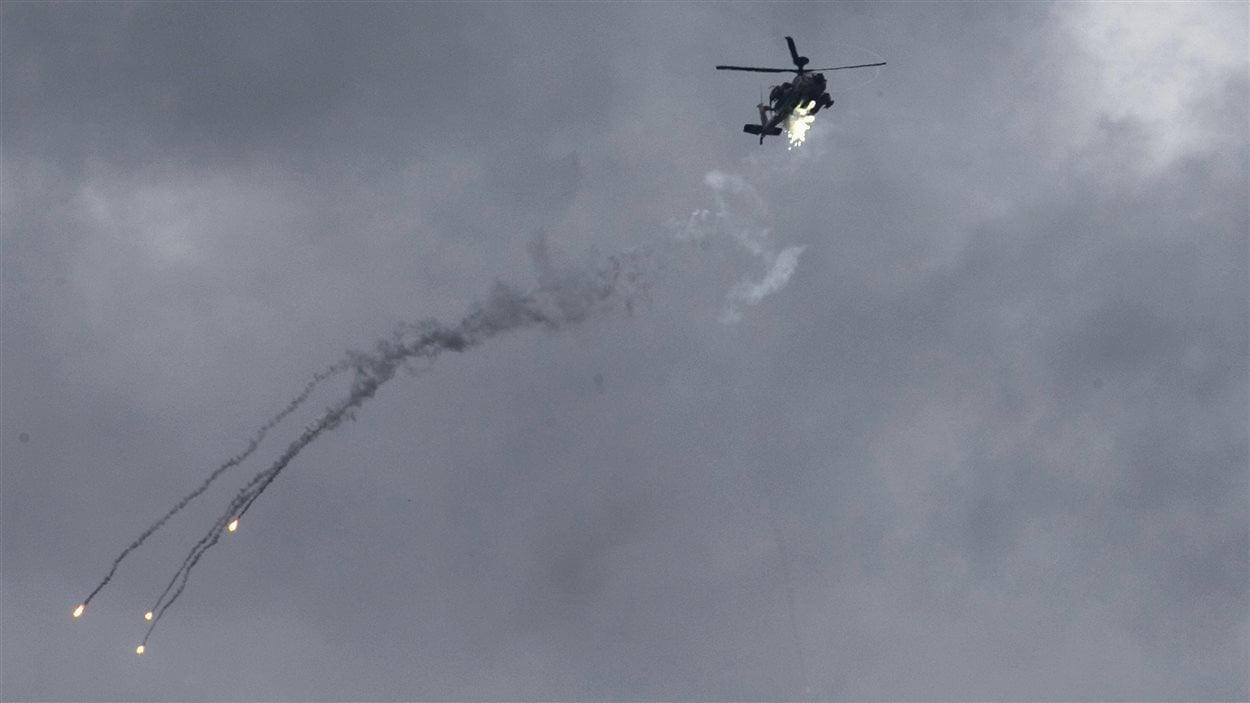 Un hélicoptère israélien de type Apache lance des flammes à Gaza
