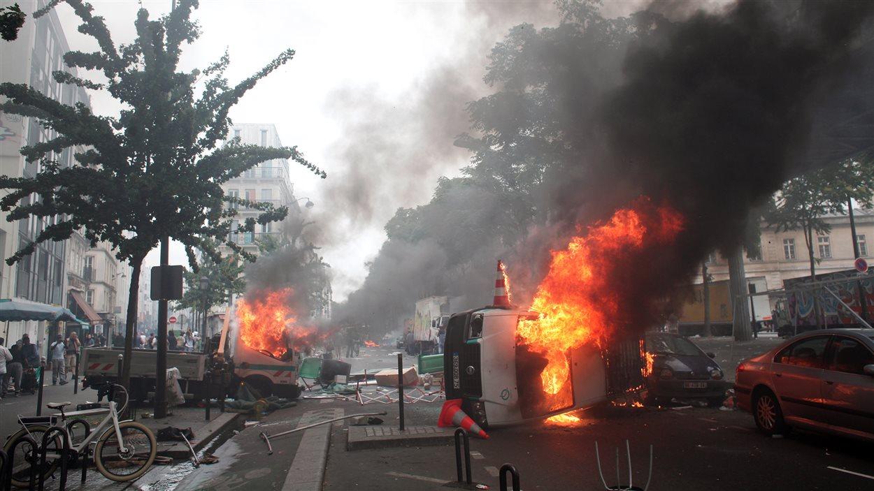 Des voitures brûlées pendant la manifestation pro-Gaza à Paris, le 19 juillet 2014