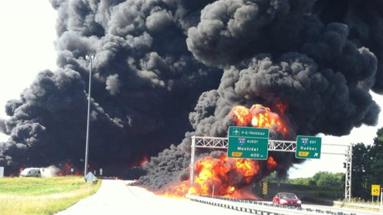 Camion-citerne en feu sur l'autoroute 640