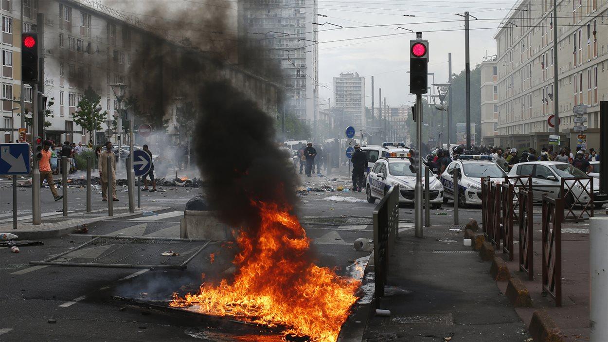 Les policiers bloquent l'entrée d'une rue du quartier Sarcelles, à Paris, où des confrontations avec des manifestants pro-palestiniens se sont déroulées.