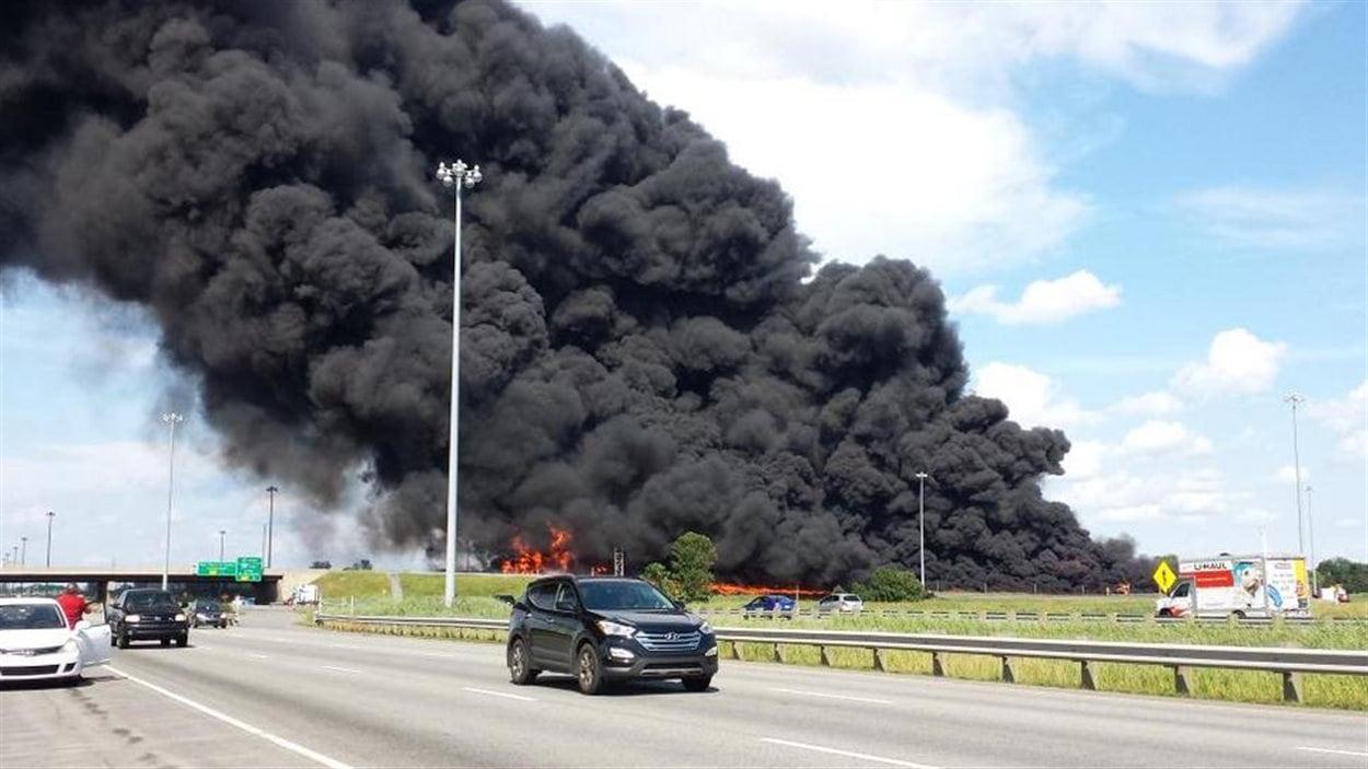 Une colonne de fumée noire était visible des kilomètres à la ronde.