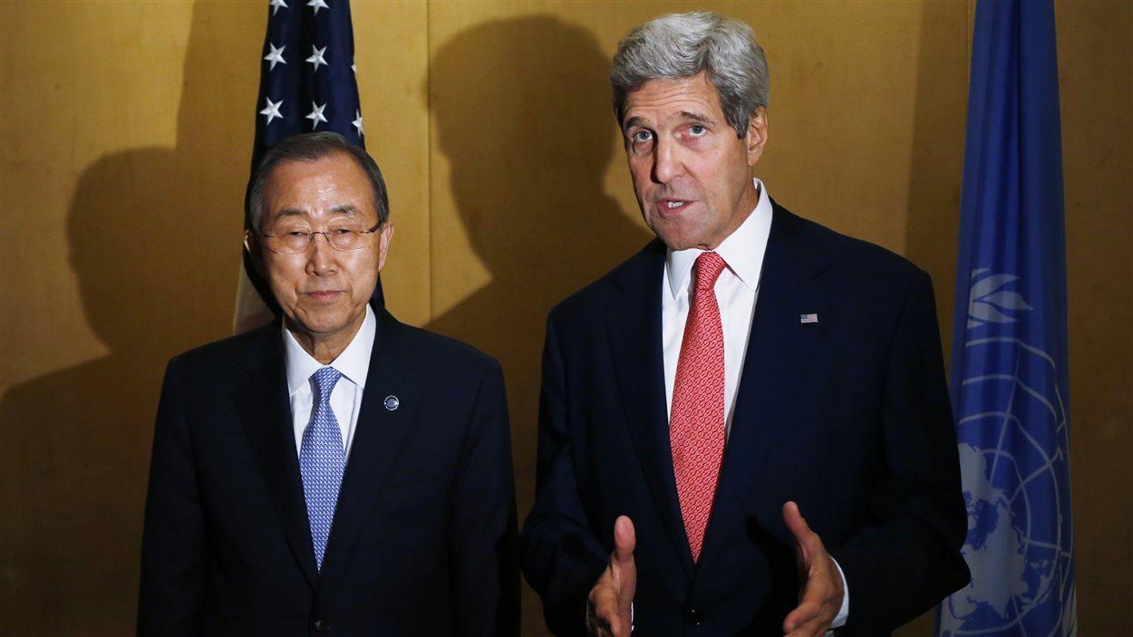 Le secrétaire général de l'ONU, Ban Ki-moon, et le secrétaire d'État américain, John Kerry, en rencontre au Caire.