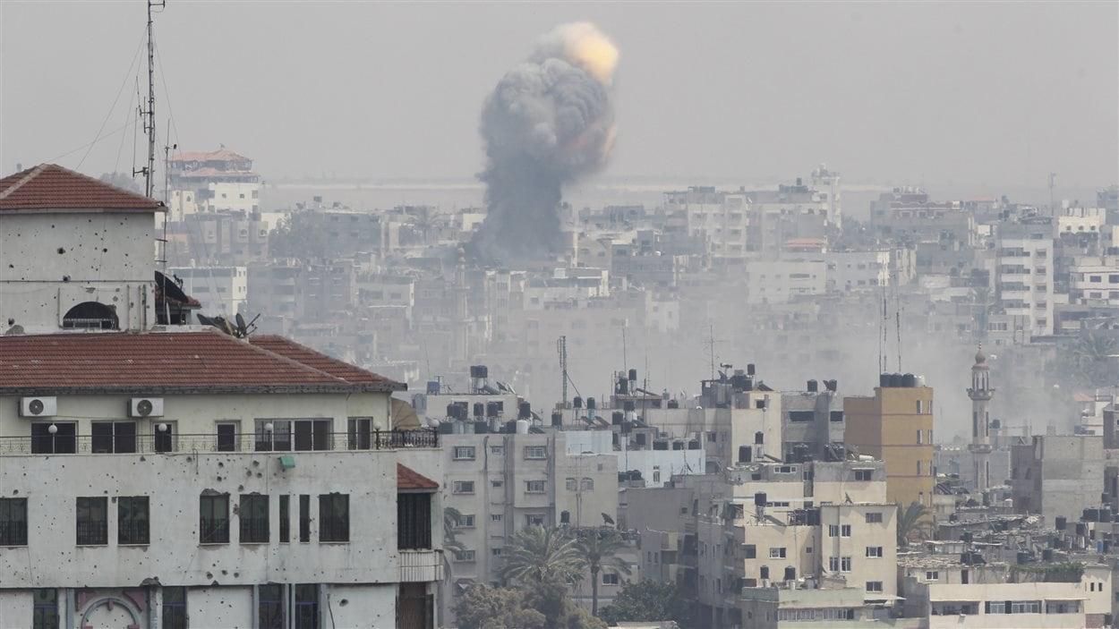 Des flammes et de la fumée s'échappent de la ville de Gaza, au quatorzième jour du conflit (21 juillet 2014).
