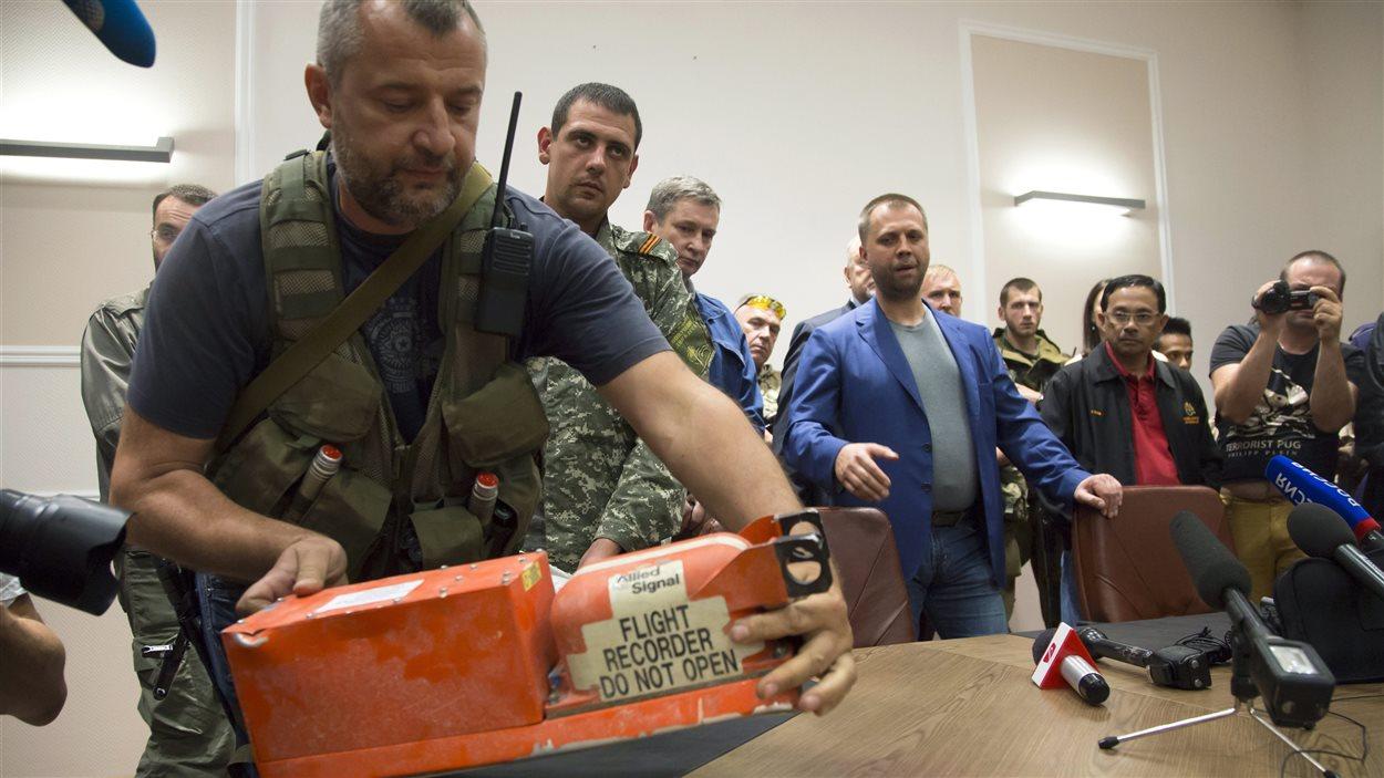 Un soldat prorusse et la boîte noire de l'avion malaisien MH17