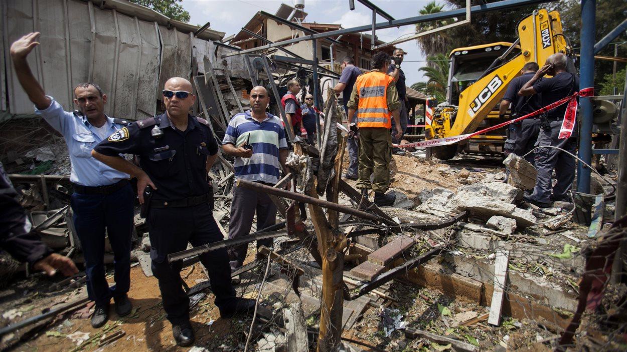 Unr roquette tirée de la bande de Gaza est tombée sur une maison à 1,5 kilomètre de l'aéroport de Tel-Aviv, faisant deux blessés, selon les autorités israéliennes.