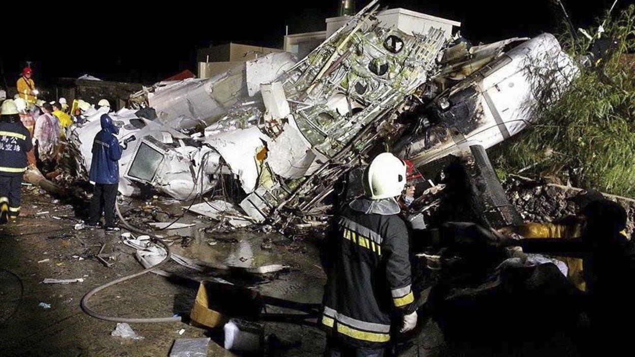 Les débris de l'avion gisent dans une rue de Xixi.