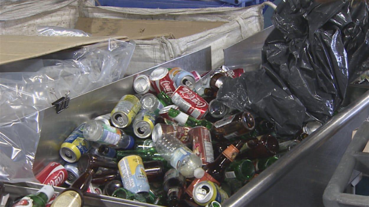 Cannettes et bouteilles déposées au nouveau centre de recyclage vert de Vancouver.