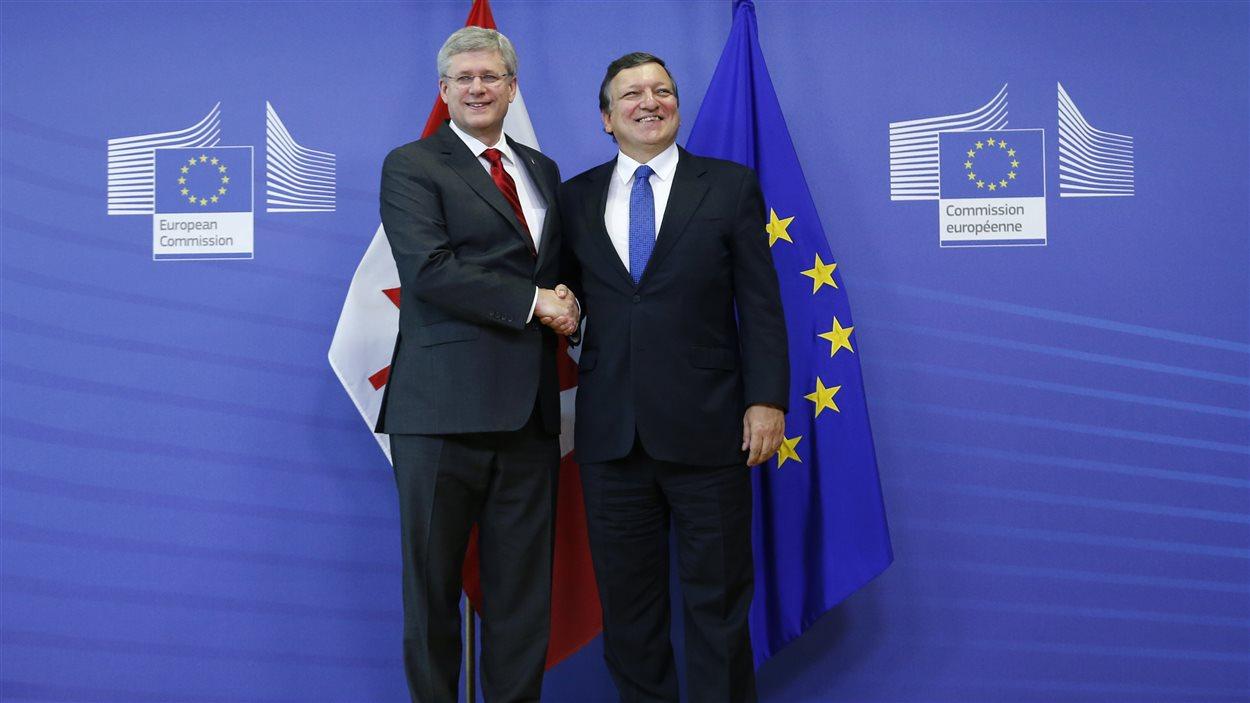 Le premier ministre Stephen Harper et le président de la Commission européenne, Jose Manuel Barroso, lors de la conclusion de l'entente en octobre 2013.