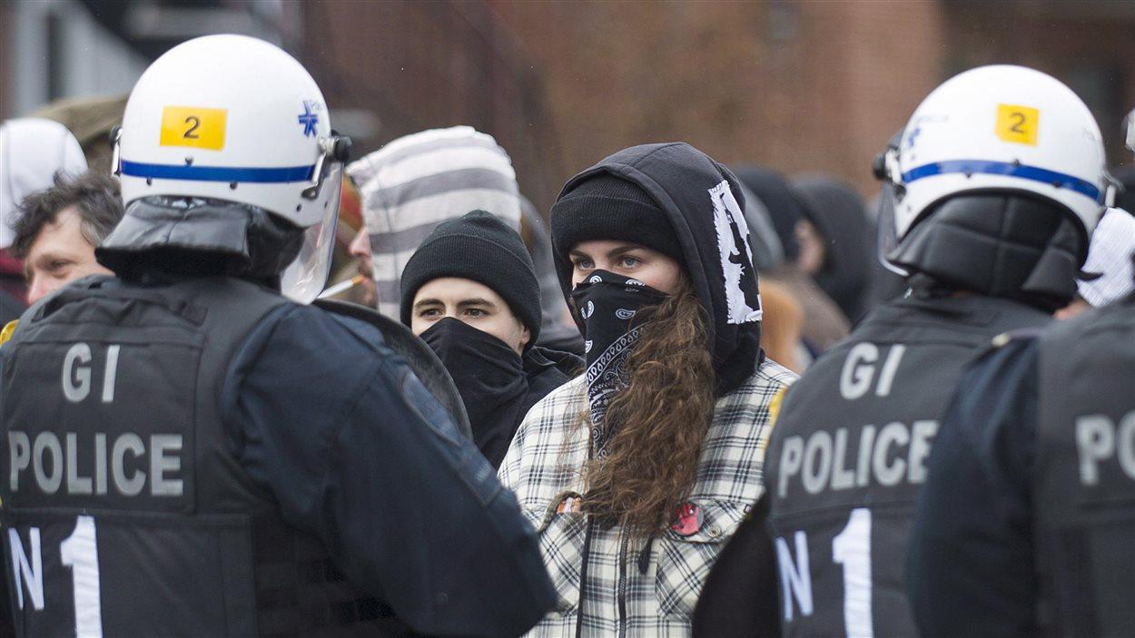 Les policiers de Montréal lors d'une manifestation en mars dernier.