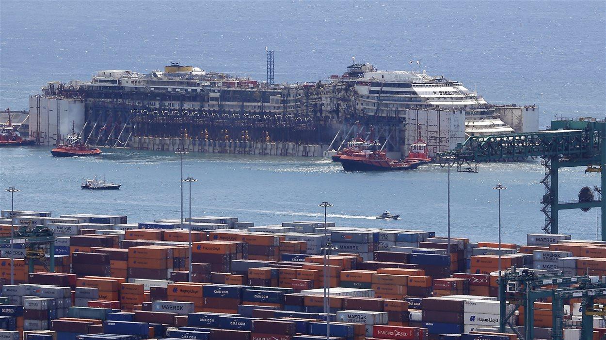 L'épave du Costa Concordia dans le port de Gênes