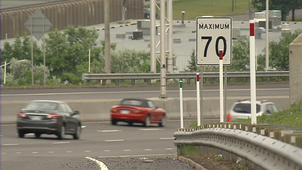 Un panneau de signalisation indique la limite de vitesse à respecter.