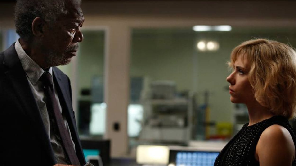 Morgan Freeman et Scarlett Johansson dans une scène du film