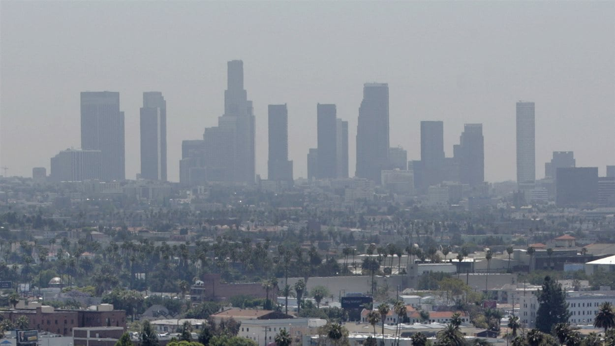 Le smog enveloppe Los Angeles, en Californie.