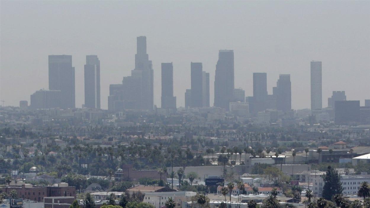 Le smog enveloppe Los Angeles, en Californie.