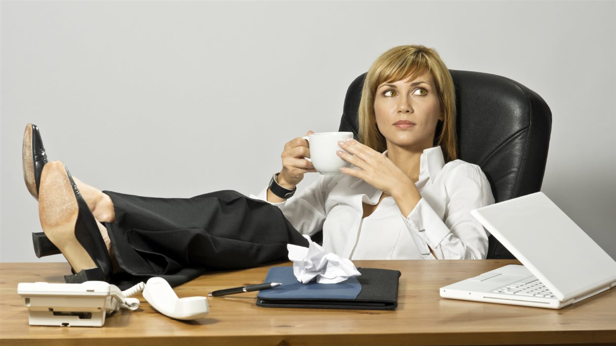 Une femme d'affaires au repos
