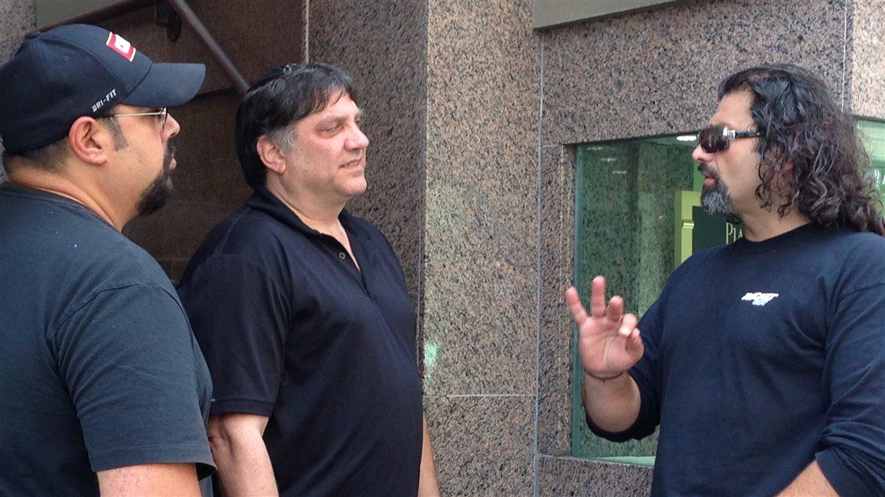 Le directeur de la Ligue de défense juive, Meir Weinstein, discute avec ses gardes du corps