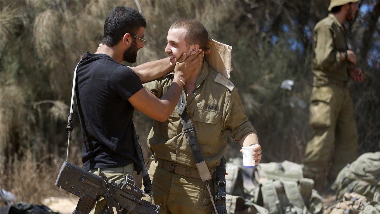 Des soldats israéliens de la brigade Givati bien contents d'être de retour à Israël.