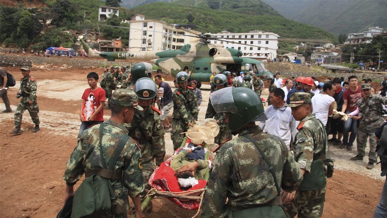 Des secouristes transportent un homme blessé