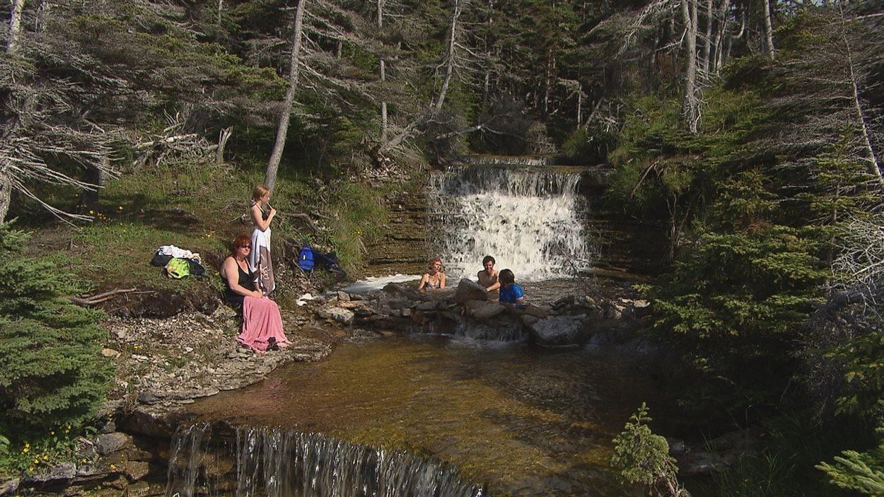 Des vacanciers profitent des ressources sur l'île d'Anticosti.