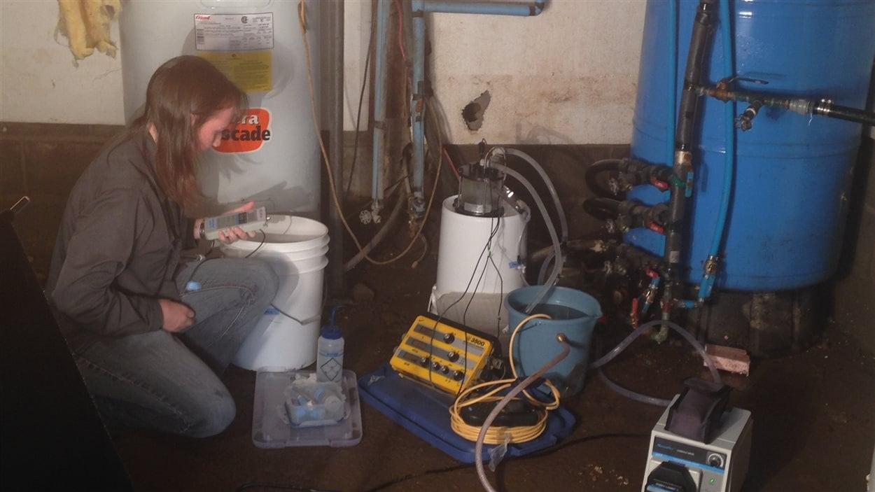 Une scientifique étudie la qualité de l'eau à Saint-Louis-de-Kent.