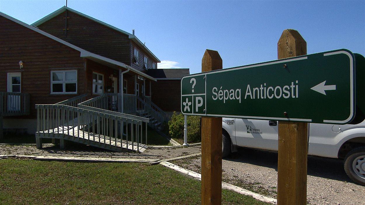 La Société des établissements de plein air du Québec (SÉPAQ) gère la moitié de l'île.