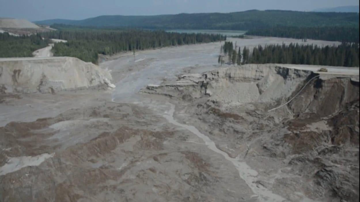 Le bassin de décantation presque vide de la mine du mont Polley.