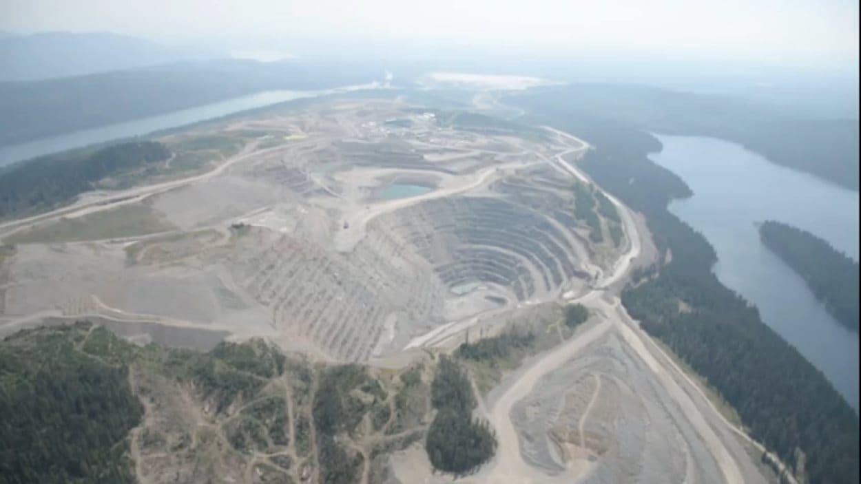La mine d'or et de cuivre à ciel ouvert du mont Polley.