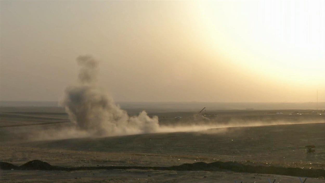 Photo tirée d'une vidéo d'un bombardement contre des positions djihadistes en Irak.